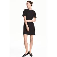 H&M Dopasowana sukienka 0453424005 Czarny